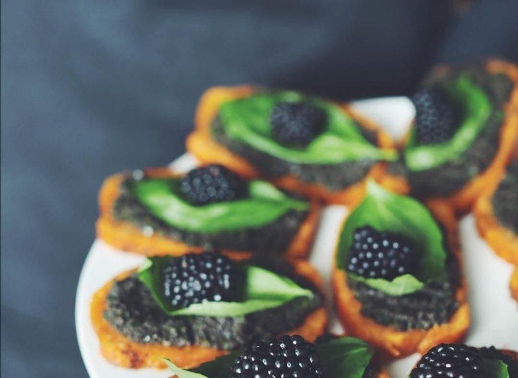 Desserts und Fruchtscheiben beim vegetarisches Catering